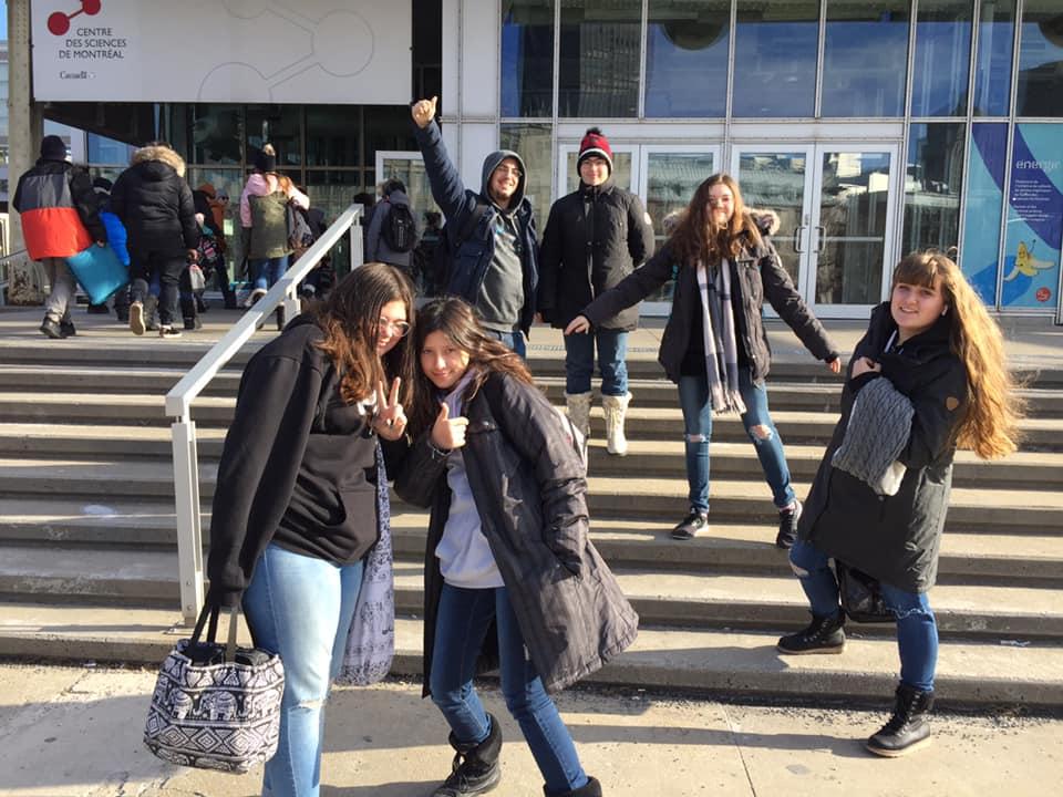 Groupe devant le centre des sciences de Montréal