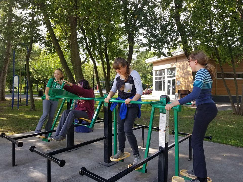 Jeunes essaie les exerciseurs au parc de NDP