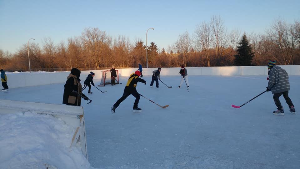 Partie de hockey sur glace extérieure