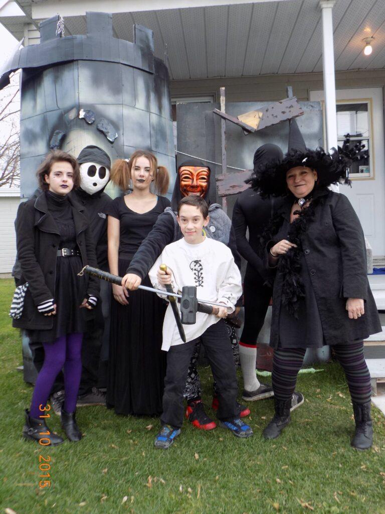 Jeunes déguisés devant la mdj maison hantée