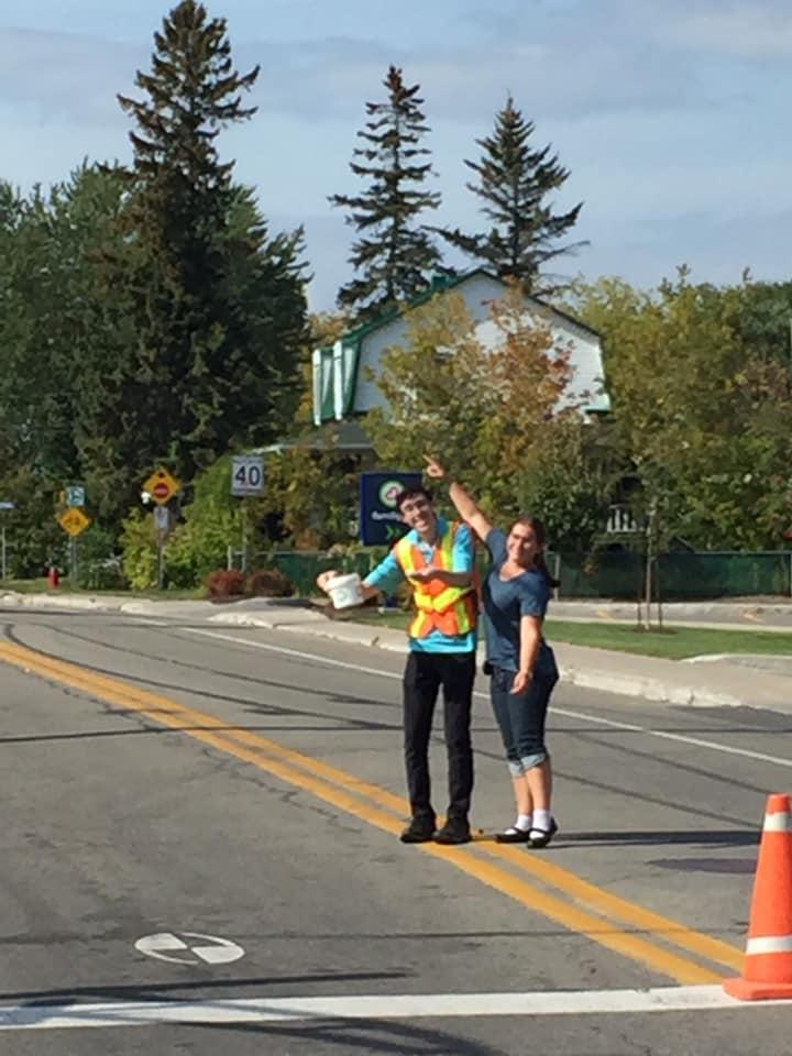 Deux jeunes sur la rue pour le pont payant
