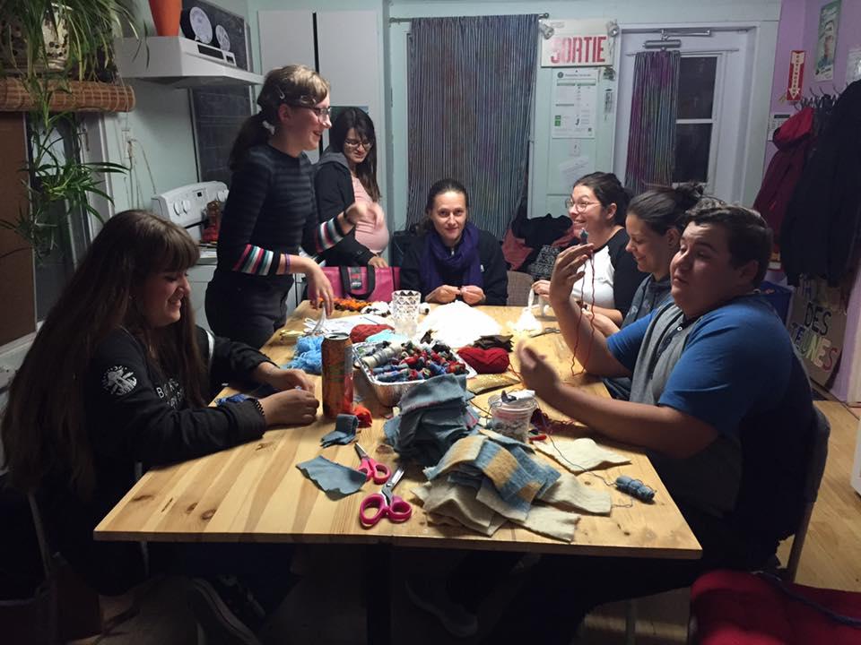Jeunes à la table prépare fabrique des baluchons